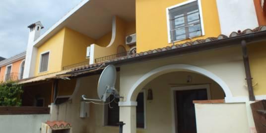 Casa su due livelli con cortile